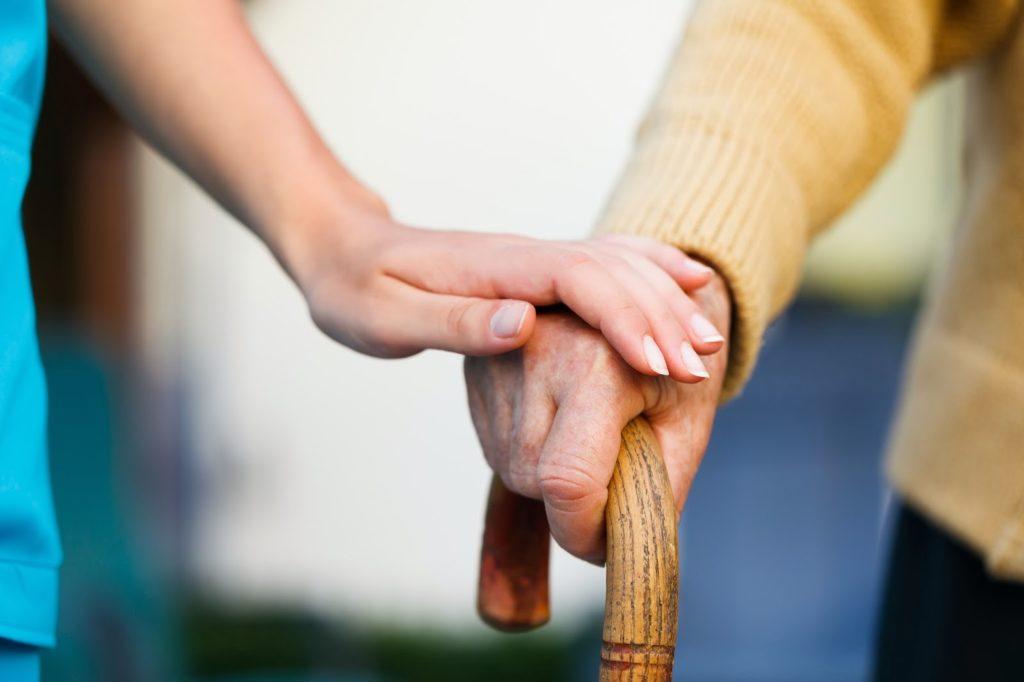 Starački dom ili kućna nega – šta je pravi izbor za vaše voljene