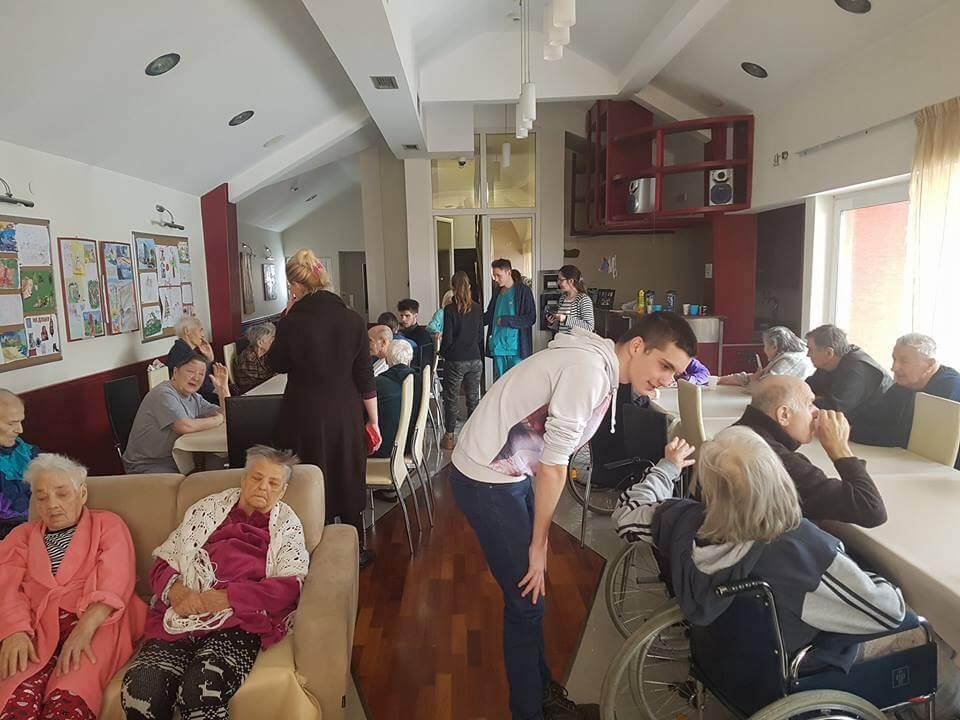 Druženje mladih i starih u staračkom domu